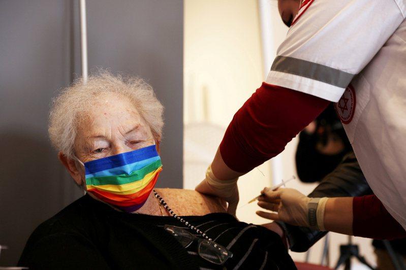 以色列一份短期研究的數據顯示,追加施打第3劑輝瑞新冠疫苗,能大幅減少60歲或60歲以上民眾染疫率。路透