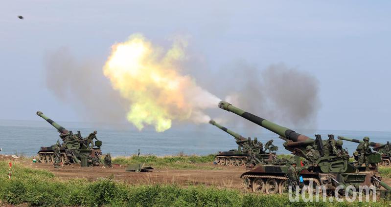 國軍今天上午在滿豐陣地排出包括M110A2自走砲、M109A2自走砲及155榴彈砲等,合計50門,對海進行實彈射擊,阻止敵軍登陸,現場砲聲隆隆,火光效果場面相當震撼,砲彈也成功命中目標區。記者劉學聖/攝影