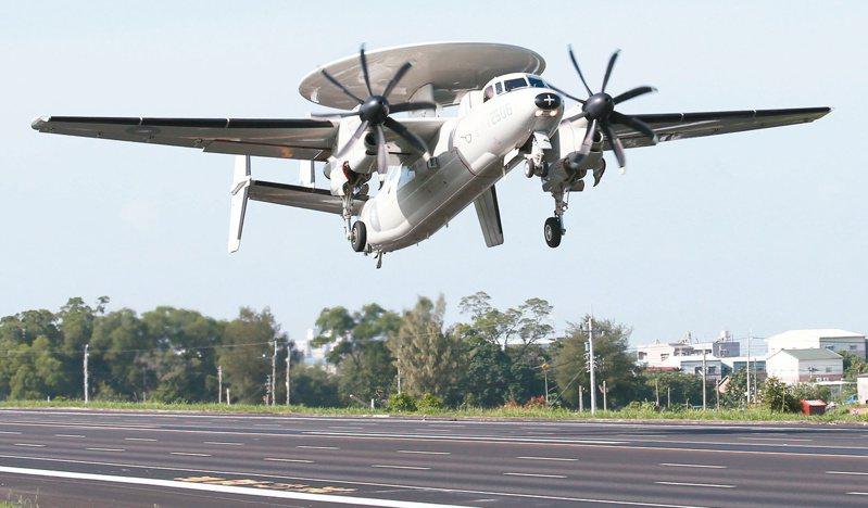2014年9月16日,漢光演習在嘉義實施「民雄戰備道」啟用操演,首度降落國道的E-2K空中預警機成為焦點。圖/聯合報系資料照片