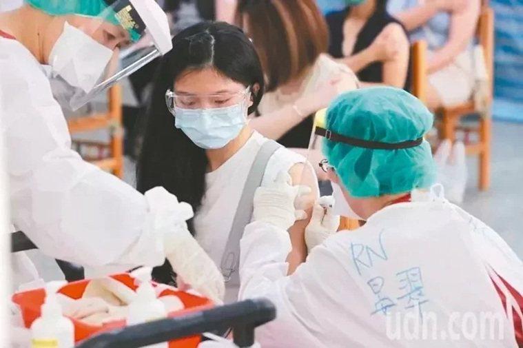 黨政高層指出,台灣自購的莫德納疫苗將陸續到貨,除了後天預計將抵台108萬劑,從近...
