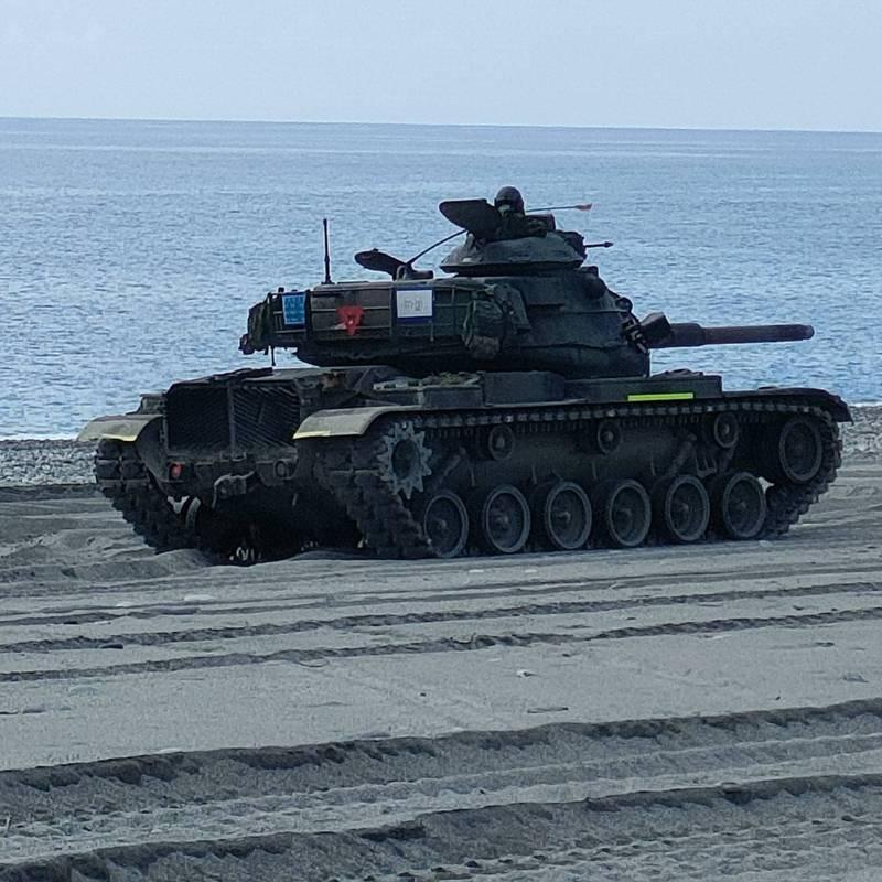重達近30噸的M60A3,展現優越機動性能,在鬆軟的沙灘上奔馳,完全不受影響。記者尤聰光/攝影