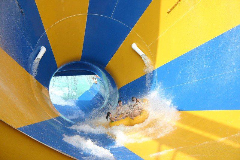 中秋天氣依舊很悶熱,到劍湖山水上樂園FUN一下,水陸一起玩,體驗亞洲第一水上巨霸「龍捲風」,讓你乘著超刺激的橡木桶遊世界。記者蔡維斌/翻攝