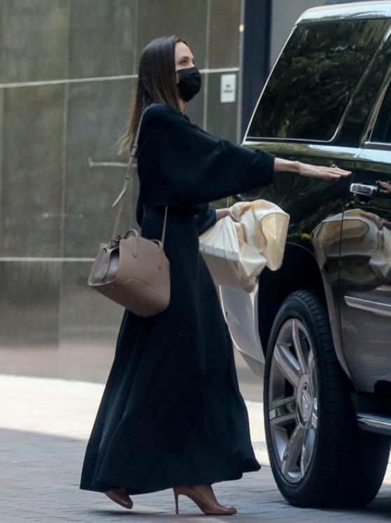 對安潔莉納裘莉熟悉的影迷應該都知道,她私下穿搭向來非常簡約,無論是色系或搭配的單...