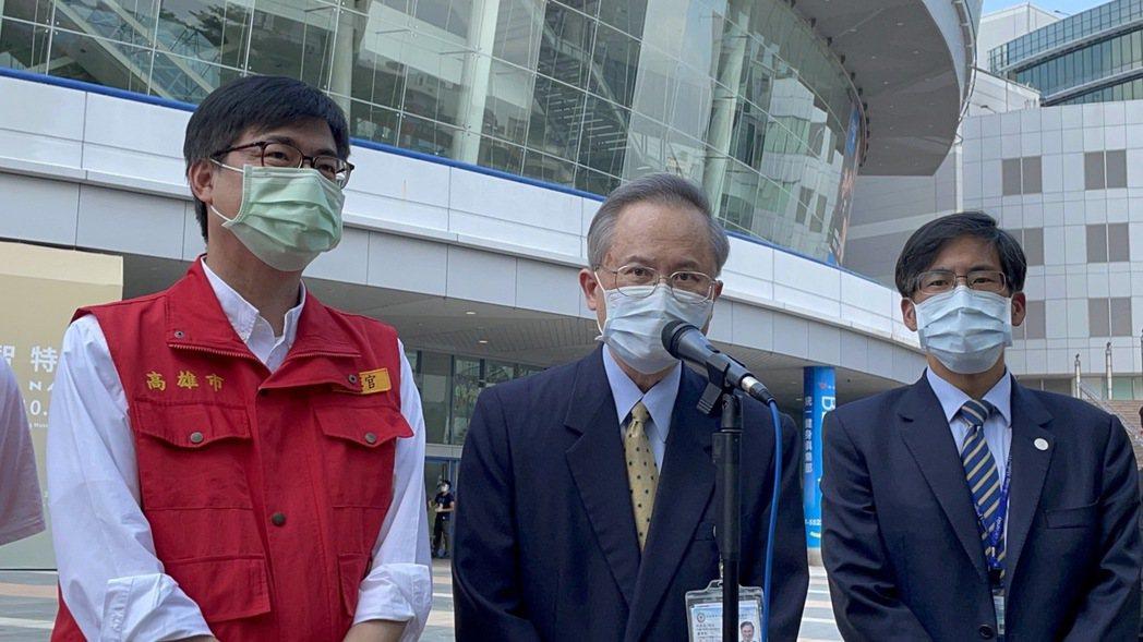 高雄市長陳其邁(左)與高醫院長鍾飲文(中)表示,此問題已有學術單位在進行研究,必...