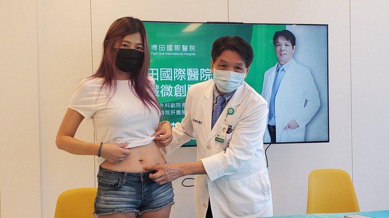 博田醫院副院長李金德(右)為黃小姐(左)施以「微創腹腔鏡胰臟手術」替她摘除胰臟黏...