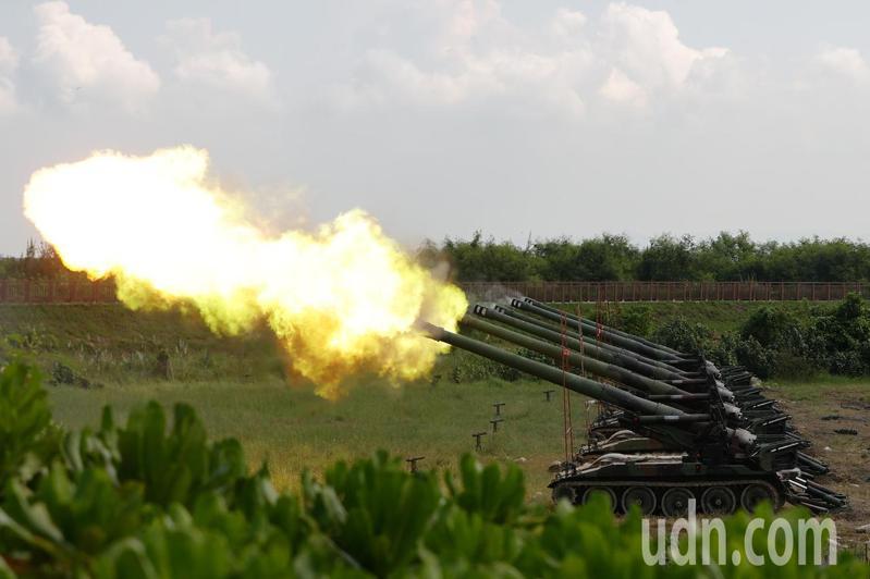 第五作戰區今天在台中市清水區番仔寮陣地及濱海公園舉行「聯合反登陸」作戰演練。記者黃仲裕/攝影