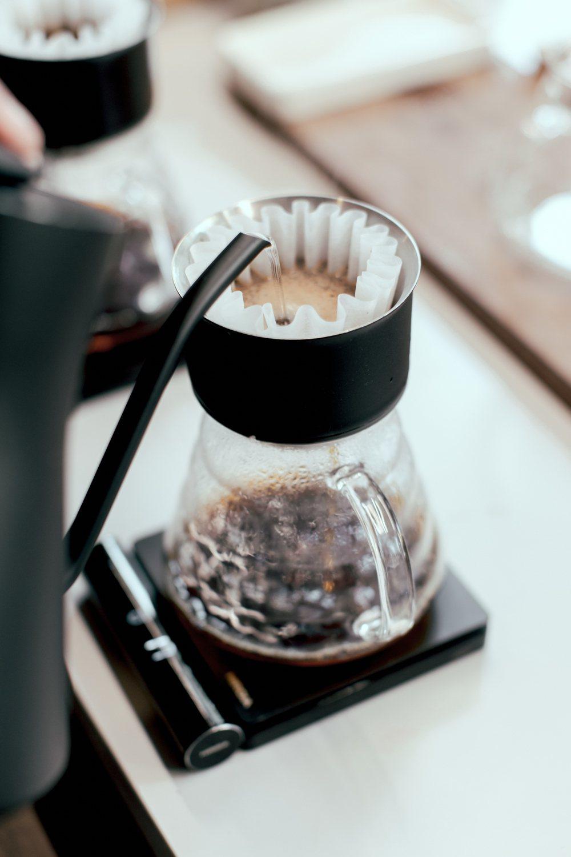 手沖黑咖啡有「日常豆」(每杯100元)、「臻選豆」(每杯130元)兩款,可任選冰...