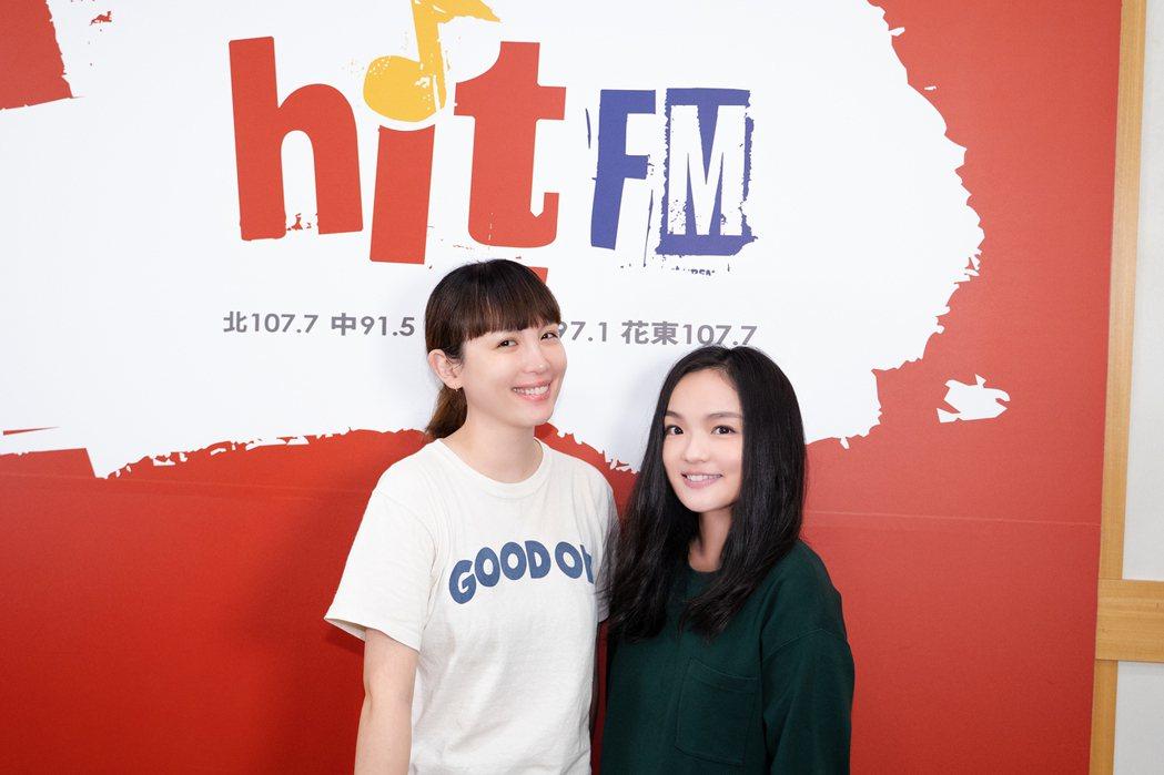 徐佳瑩(右)推出新創作單曲「雛形」,作客魏如萱節目大聊媽媽經。圖/Hit Fm聯