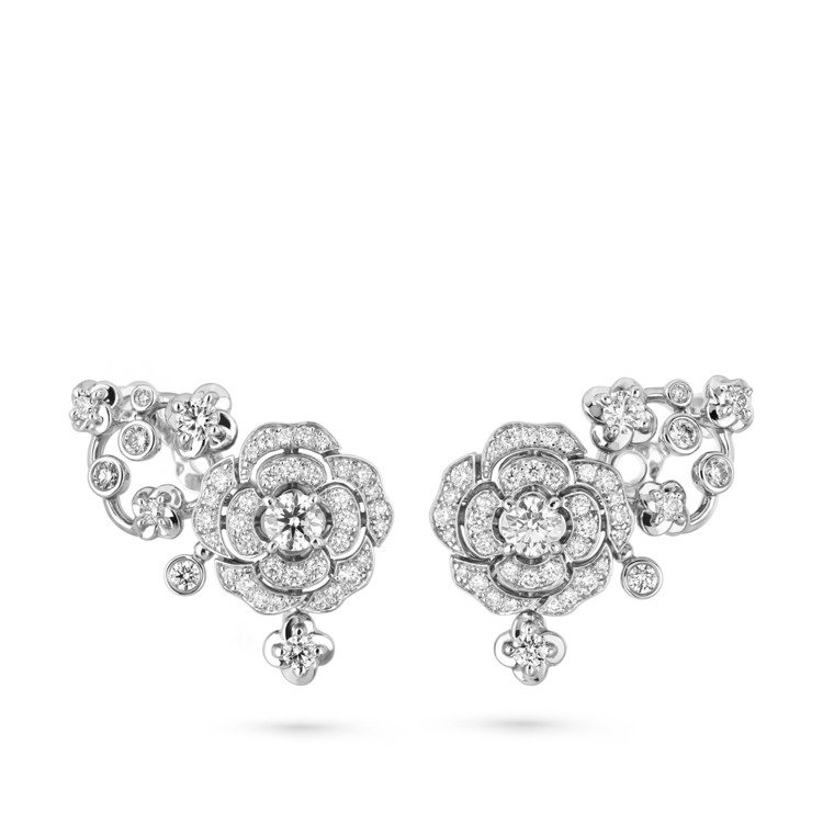 Bouton de Camélia耳環,18K白金鑲嵌鑽石,87萬3,000元。...