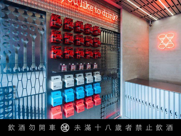 WAT赤峰店以紅色霓虹燈管裝飾,除了呼應「赤」峰街名,也巧妙還原打鐵火爐透出的黯...