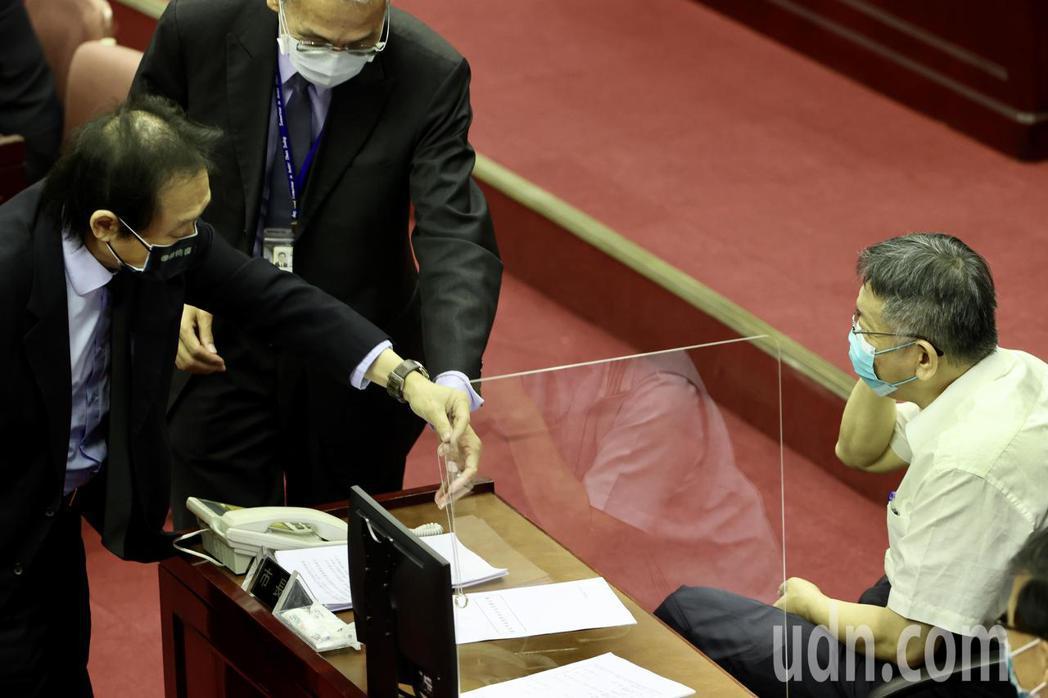 台北市長柯文哲(右)下午前往台北市議會進行施政報告。民進黨台北市議員王世堅(左)...
