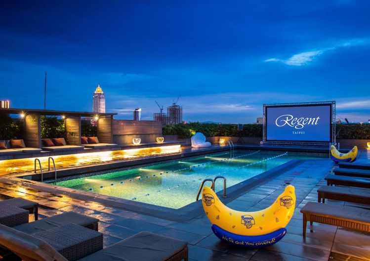 晶華酒店頂樓露天泳池開放房客登記使用。圖/台北晶華提供