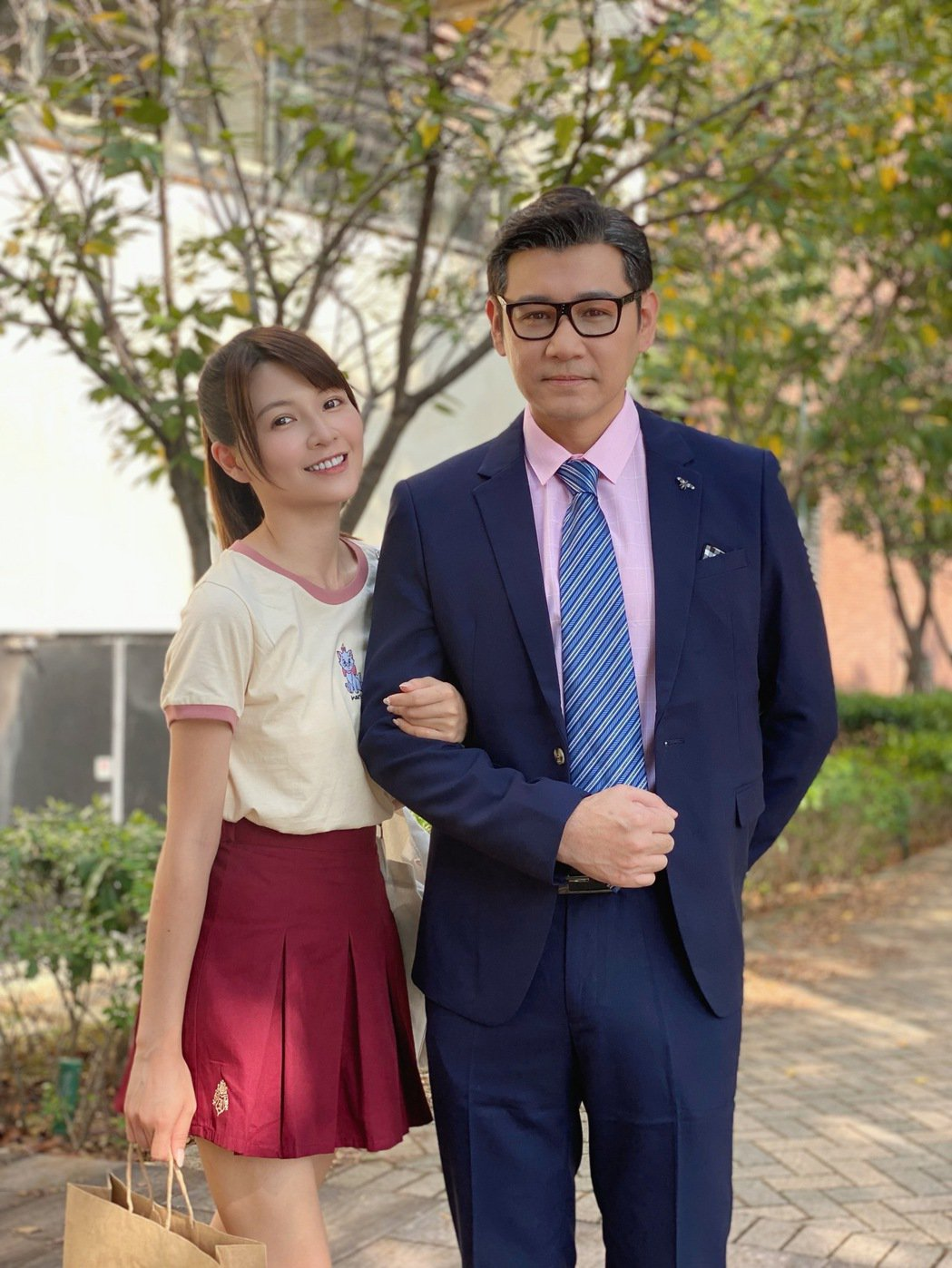 陳熙鋒(右)加入「黃金歲月」,扮演謝京穎的醫師爸爸。圖/民視提供