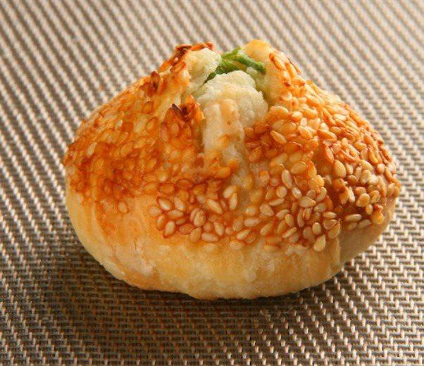 全家便利商店「微現做」新型態熟食區推出「青蔥燒餅」,售價25元,限店販售。圖/全...