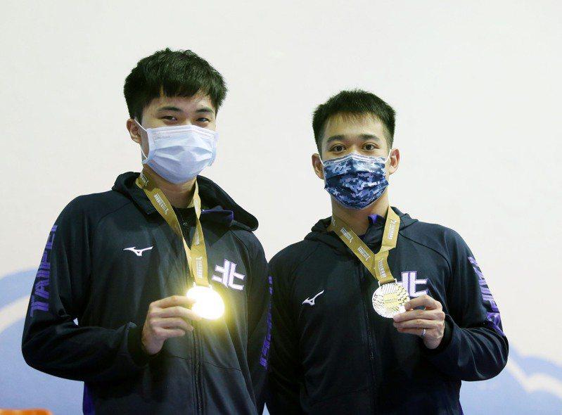 林昀儒(左)和廖振珽摘下110年全運會桌球男雙金牌。記者邱德祥/攝影