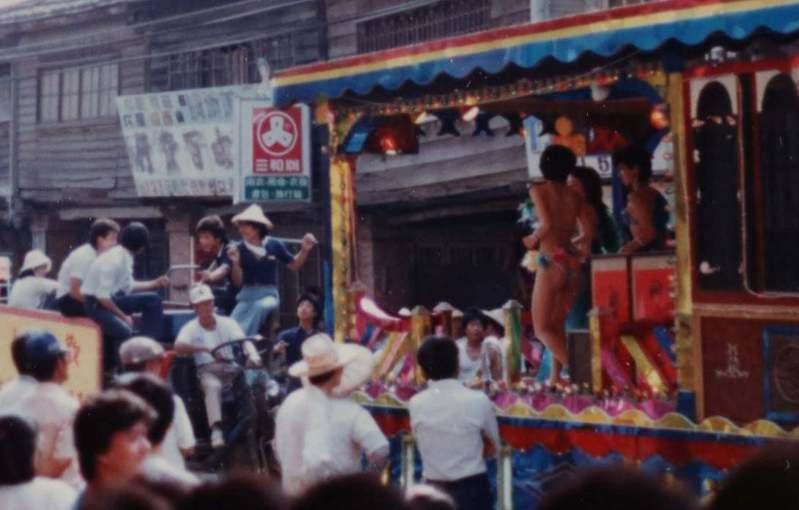 60、70年代,大家樂盛行,電子琴花車風靡全台,大街小巷幾乎都看得到電子花車,產生俗稱「跳SOLO」的脫衣舞行業。圖/陳俊哲提供