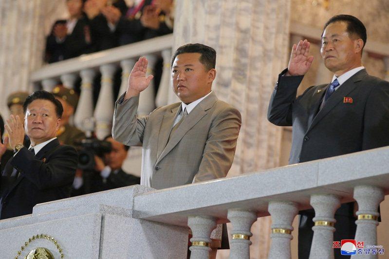 媒體指出,儘管北韓面臨嚴峻的經濟危機,近日飛彈試射顯示平壤當局仍持續開發武器,一方面提升自己的技術能力,同時增加對美談判的籌碼。路透