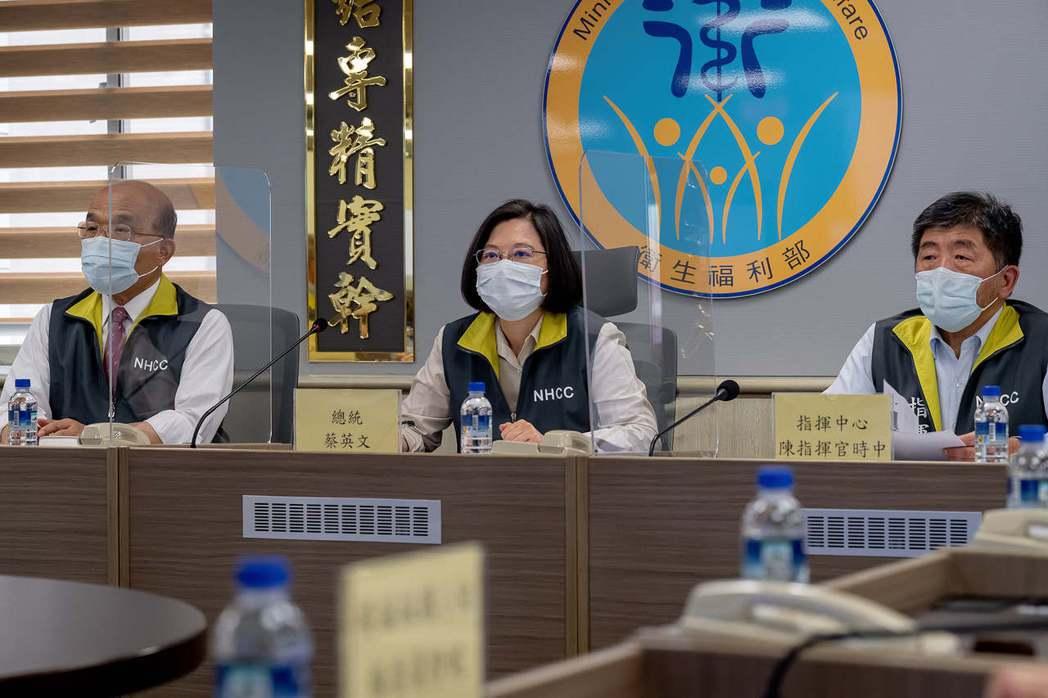 總統府發言人張惇涵在臉書上表示,指揮中心可以說是天天寫信、週週視訊會議在催貨。圖...