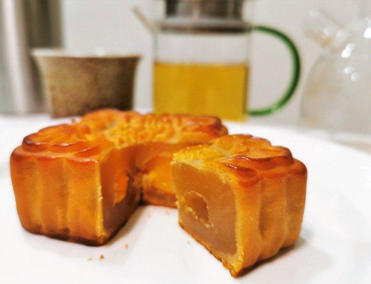 營養師提醒,月餅屬高糖、高油、高熱量糕餅,1顆月餅就有1碗飯熱量,建議搭配無糖茶...