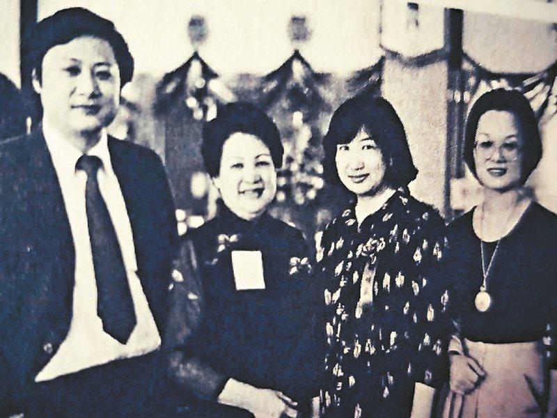 1980年9月,林海音(左二)與季季(右一)參加聯合報文學獎頒獎典禮。左一高信疆,右二楊明顯。(圖/季季提供)