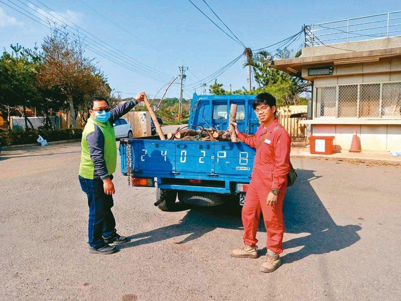 與環保局進行合作,運送行道樹殘枝。照片提供/木島團隊