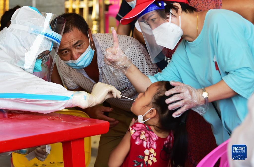 福建莆田仙遊縣鯉南鎮檢測點,一名小朋友接受新冠病毒核酸採樣。(新華社)