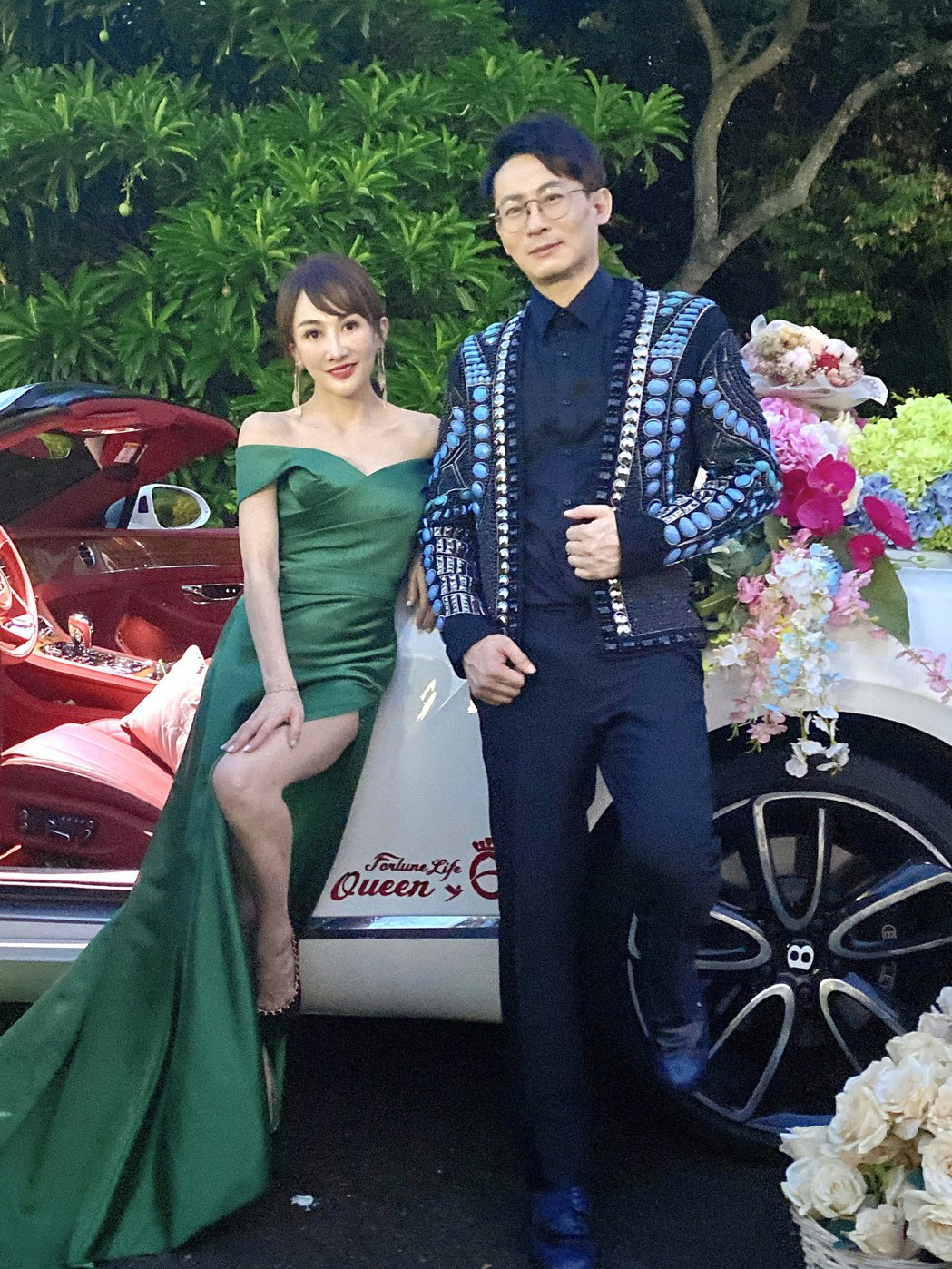 「財富女神」王宥忻(左)與老公翁董結婚10年,感情依舊濃情蜜意。圖/固力狗娛樂提