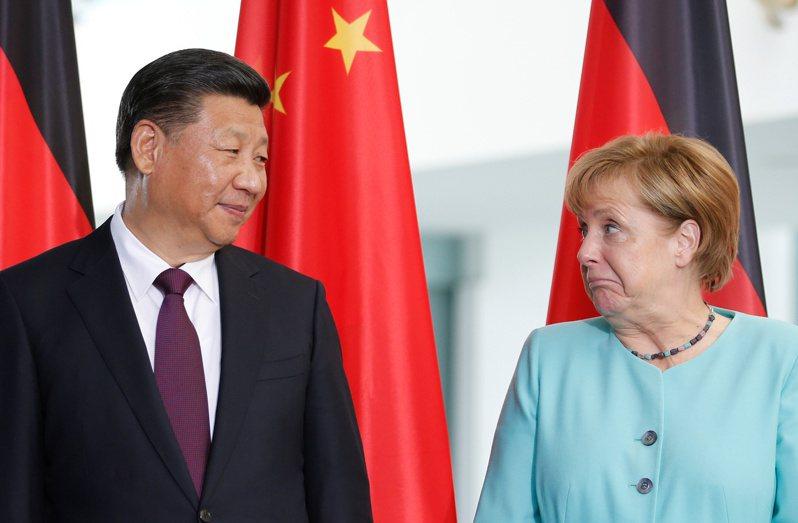 德國政界對梅克爾最大的批評是,中國政策是其最大的盲點,她沒有察覺到習近平統治下的中國已經開始走上不同的道路,而且感受到德國民情對中國的反感。路透