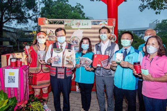 鄭文燦(左2)肯定拉拉山茶的品質。圖/桃園市政府新聞處提供