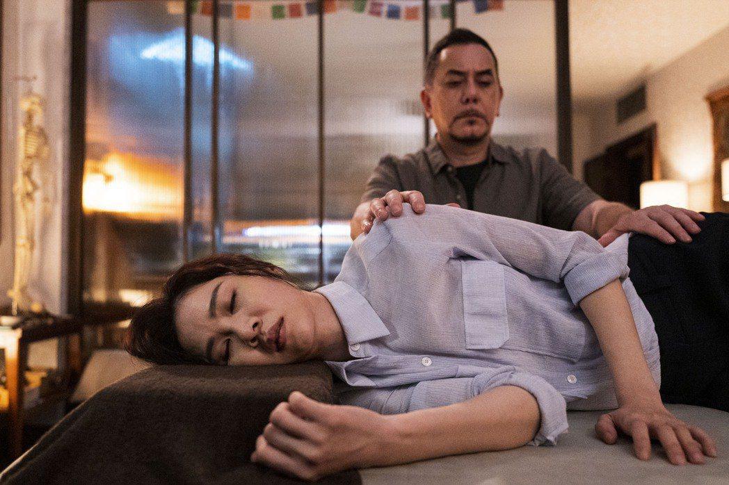 黃秋生(右)在「四樓的天堂」劇中透過推拿化解謝盈萱的心結。圖/公視提供
