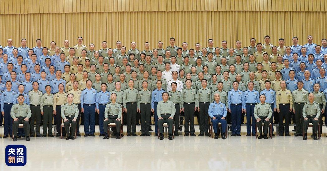 習近平和駐西安部隊官兵代表合影。(取自央視新聞)