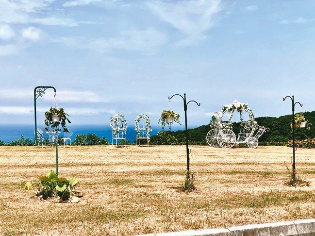 國寶集團為黃金海岸球場會館外擁有夢幻海景的草坪,再加入粉紅喜氣的婚宴元素。圖/陳...