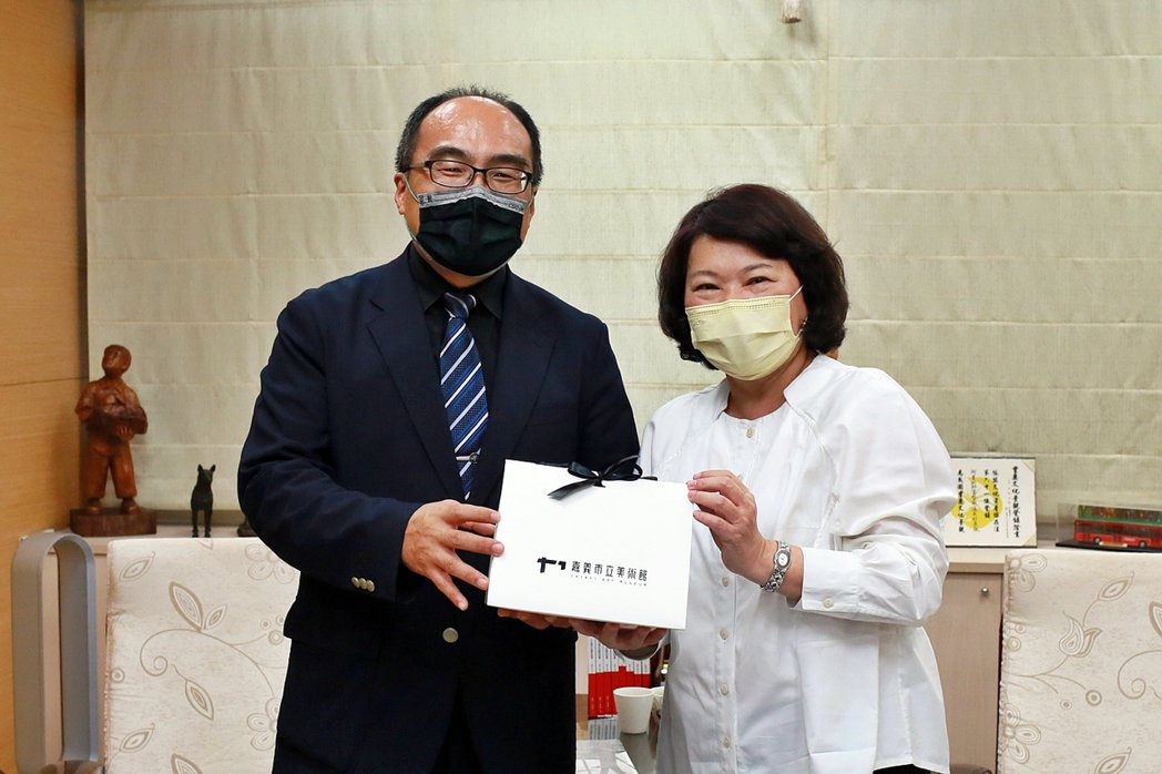 經濟部工業局局長呂正華(左)、嘉義市長黃敏惠今拍板確定,2021台灣設計展12月...