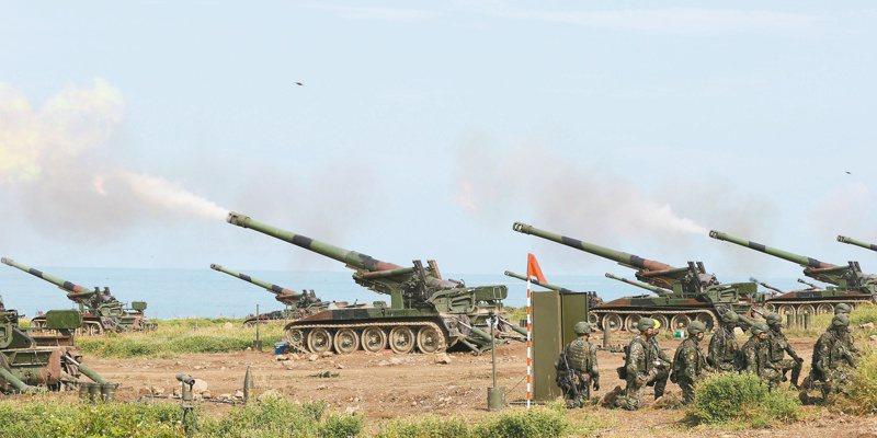 國軍昨天上午在屏東滿豐陣地對海進行實彈射擊,阻止敵軍登陸。記者劉學聖/攝影