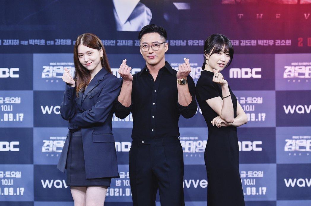 金芝恩(左起)、南宮珉以及朴河宣出席「黑色太陽」記者會。圖/friDay影音提供