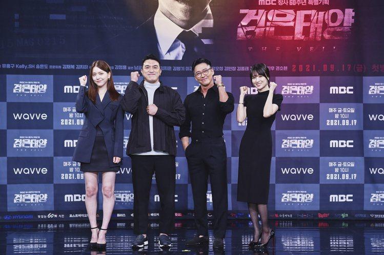 金芝恩(左起)、導演金成容、南宮珉以及朴河宣出席「黑色太陽」記者會。圖/friD...