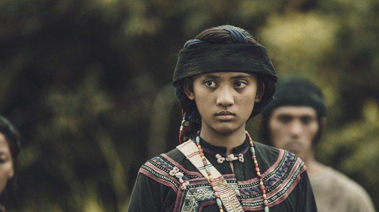 觀眾可以比較明顯地發現,貴族身份的原住民造型較為華麗,從刺繡到配戴的配件等,以及...
