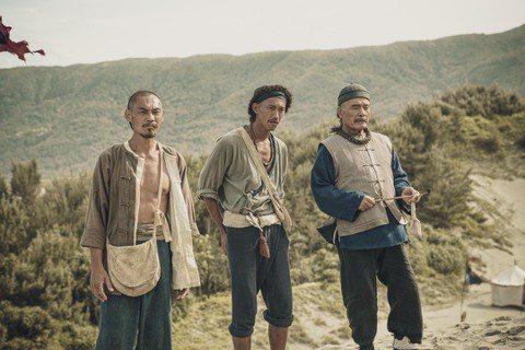 服裝組也特意透過夏靖庭飾演的林阿九(左一)、雷洪飾演的朱一丙(右一)裝扮的不同來...