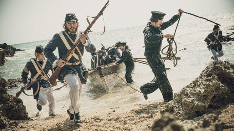 劇中出現的美國海軍陸戰隊,也被服裝組裝上假鬍子、假髮。圖/公共電視