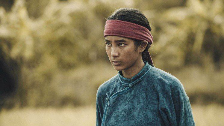 胸前的大襟是客家藍衫特色之一,頭上戴的紅色頭巾是斯卡羅貴族才能使用的。圖/公共電...