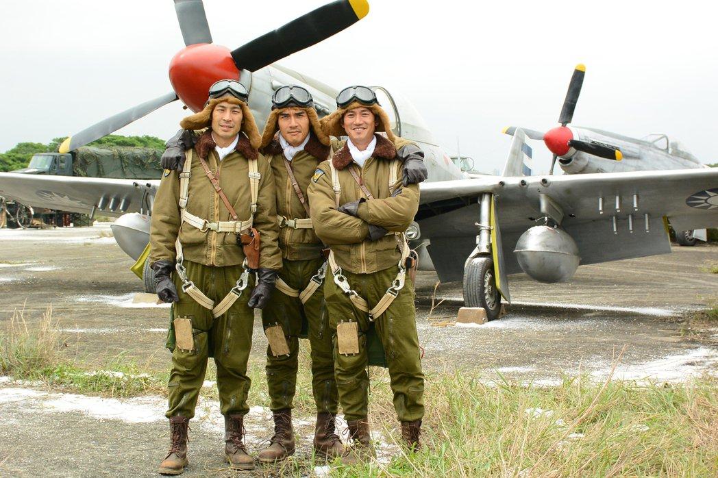 姚君在《一把青》中也故意將空軍制服做舊,讓很硬的卡其布經過特殊處理達到劇本設定中...