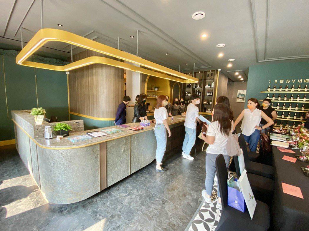 「聚富滿滿」沒有銷售中心,而是以英倫小酒館的方式呈現。記者宋健生/攝影