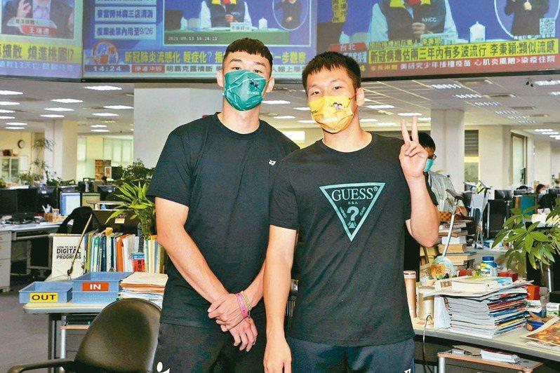 奧運羽球好手李洋(右)及王齊麟參訪聯合報。記者曾原信/攝影