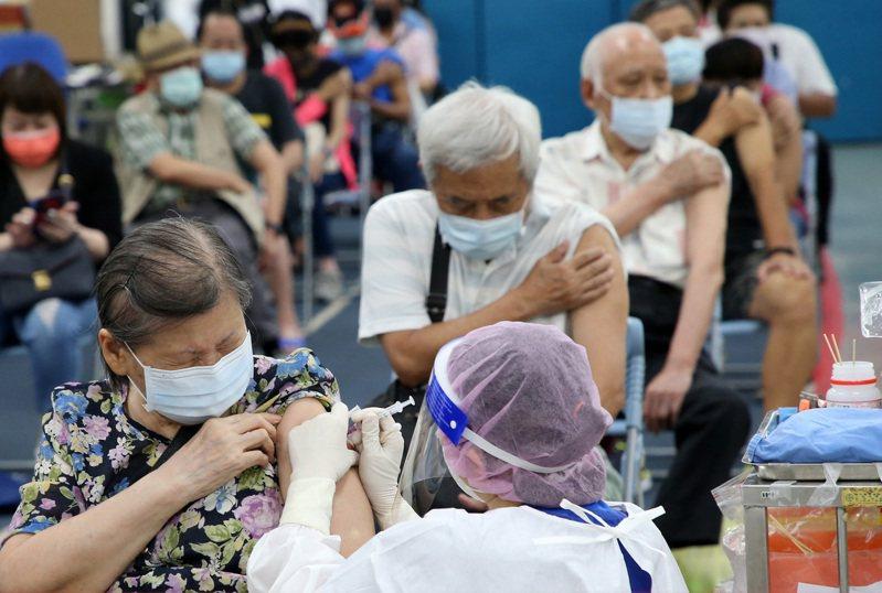 第八輪開打AZ疫苗,以六十五歲長者第二劑為主,台北市接種情況踴躍。今將到貨六十四萬劑AZ疫苗及一○八萬劑莫德納疫苗,指揮中心表示未來主要都將作為第二劑接種。記者胡經周/攝影