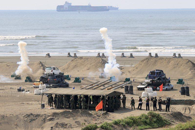 漢光演習在海灘上安設對人詭雷、鈦雷爆破,模擬實戰情況。記者林伯東/攝影