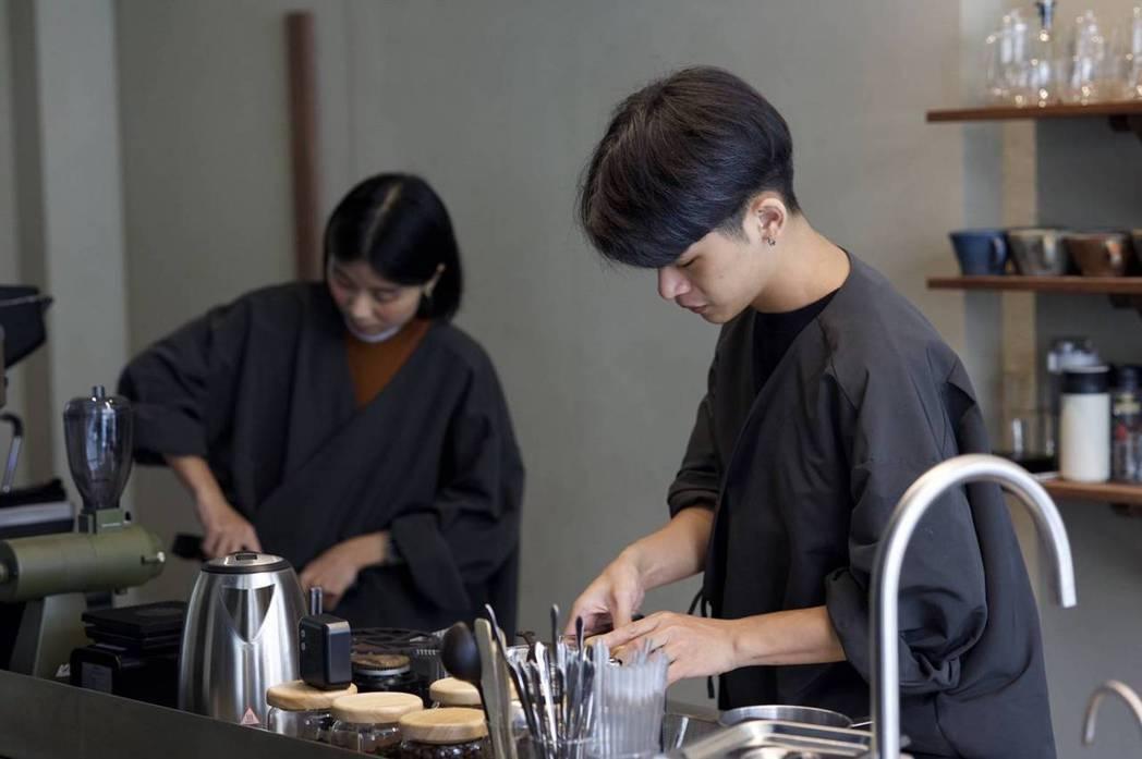 負責咖啡的涵文(左)在開店前已有十年在咖啡店工作的經驗。甜點師Caim(右)曾在...