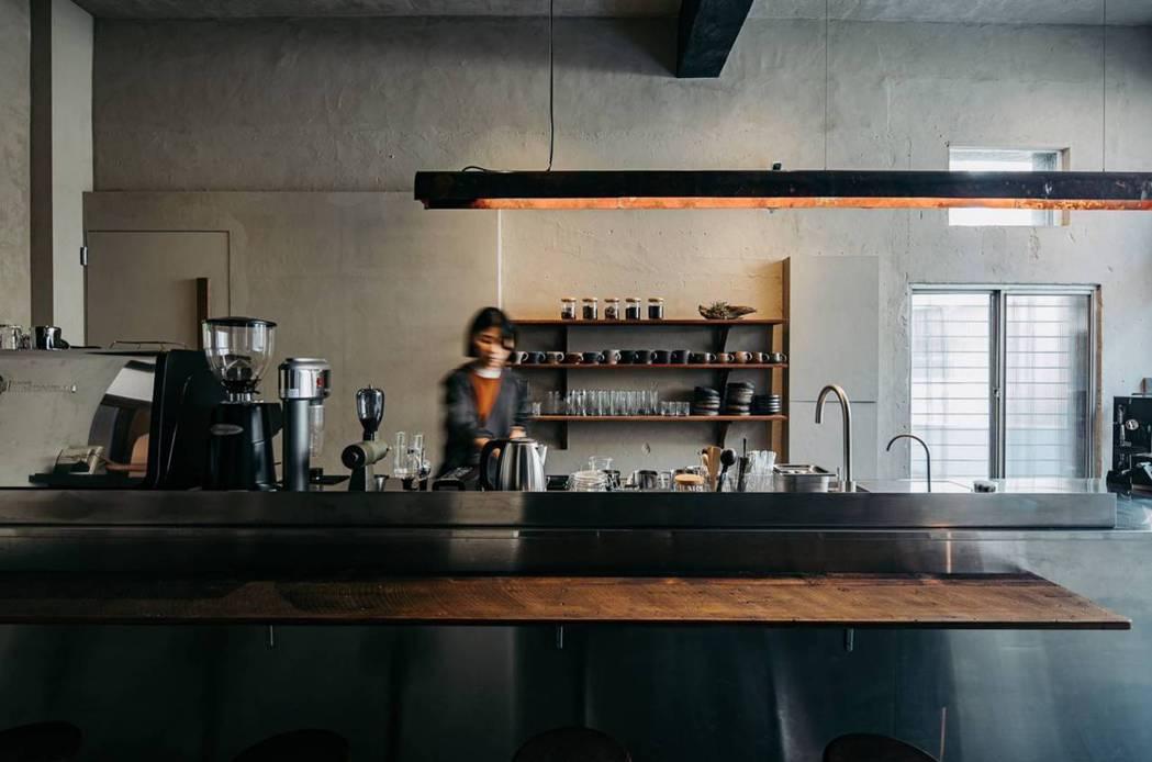 操刀店內空間設計的畚設計,將採光集中在吧台區。上方搭配銅製長型燈具由隙裏有光所設...