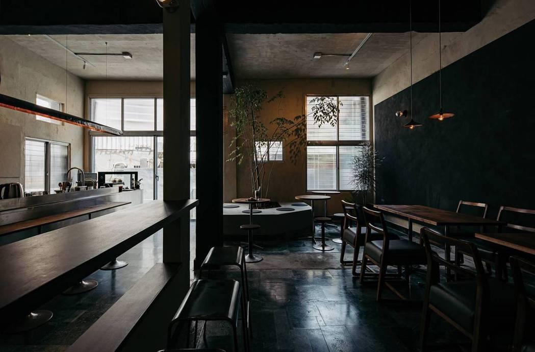 有別於外觀亮色系,Koemon咖啡室內為沉靜的暗色調。  圖/畚設計提供、林科...