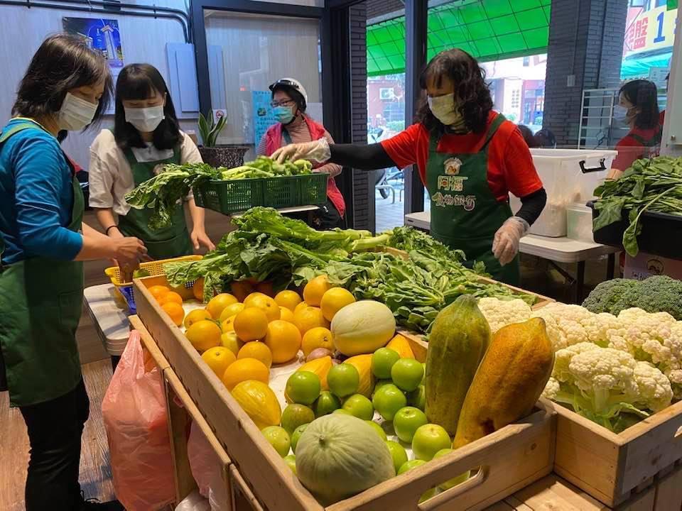 高雄市慈善團體聯合總會阿福食物銀行推廣「惜食」概念,提供登記案家生鮮蔬果。 圖/...