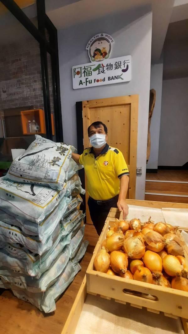 高雄市慈善團體聯合總會阿福食物銀行召集人江慶隆出身礦工家庭,從小立志有能力要「伸...